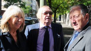 El periodista Pepe Oneto (en el medio).