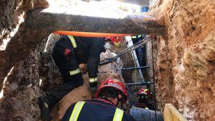 Diez horas de rescate de un trabajador atrapado en una zanja de cinco metros