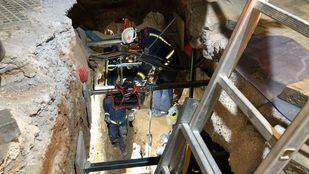 Los Bomberos rescatan a un hombre que ha caído a una zanja de cinco metros de profundidad en Torrejón de Ardoz.