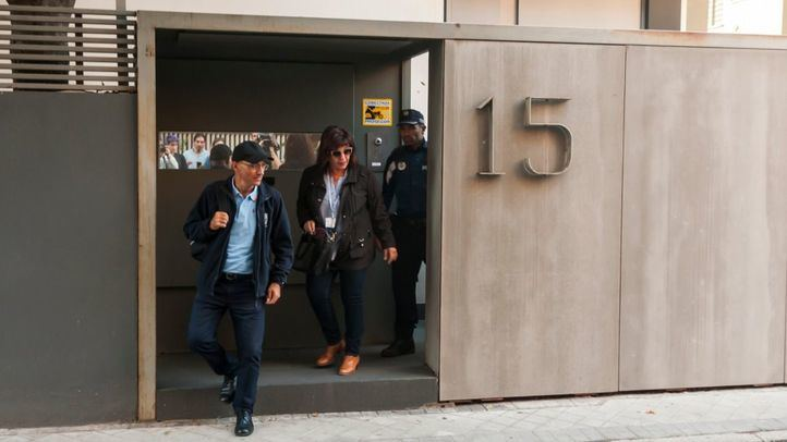 Técnicos del Ayuntamiento, acompañados de Policía Municipal, entran a la casa de los Monasterio.