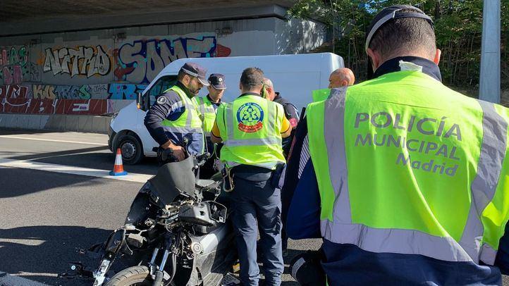 La policía Municipal de Madrid atendiendo a la motorista herida tras la colisión