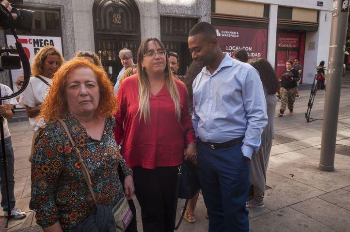 Momento en el que los padres de Camila salen del juicio contra la Comunidad por el caso de acoso escolar a su hija