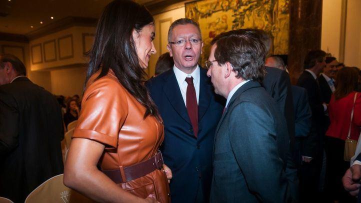 Almeida recuperará las comidas de alcaldes y suaviza su tono con Carmena
