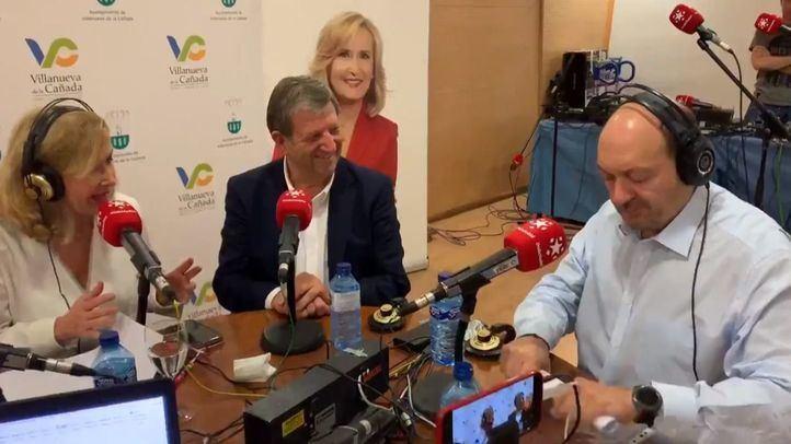 Nieves Herrero y Constantino Mediavilla entrevisatndo al alcalde de Villanueva de la Cañada desde su Ayuntamiento