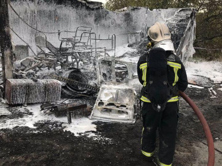 Un camión y un tractor, quemados en un incendio