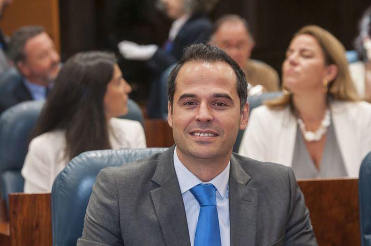 """Aguado defiende los derechos del colectivo LGTBI+: """"Ni se elige ni se corrige ni se cura, se es"""""""