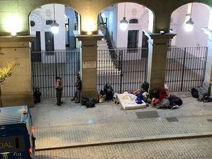 Menores y sus familias vuelven a pernoctar frente a la sede del Samur Social