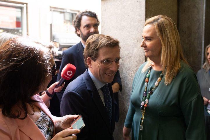 El alcalde de Madrid, José Luis Martínez-Almeida, junto a Rosalía Gonzalo, nueva consejera de Calle 30.