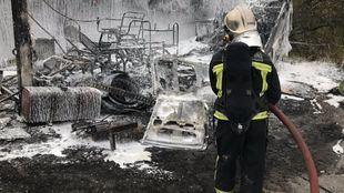 Bomberos extinguen un incendio en una chatarrería en Valdemoro.
