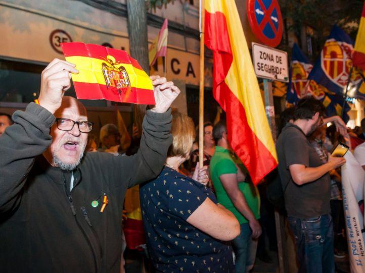 La ultraderecha protesta en Ferraz entre loas al