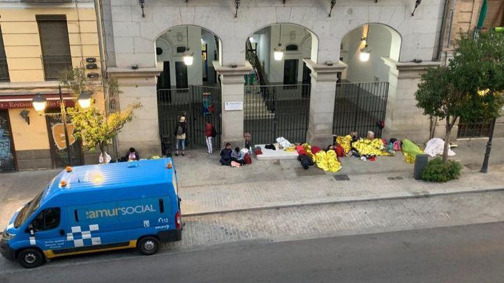 Una quincena de adultos y 7 menores duermen frente al Samur Social