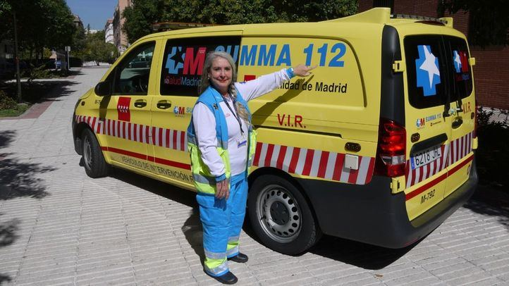 Una ambulancia del Summa 112, con una integrante del mismo.