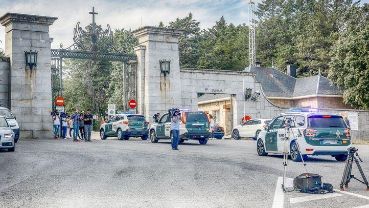 Vehículos de la Guardia Civil entran al Valle de los Caídos tras su cierre por supuestos altercados.