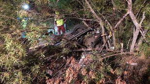 Los servicios de emergencias atienden a los heridos en el accidente de Manzanares El Real
