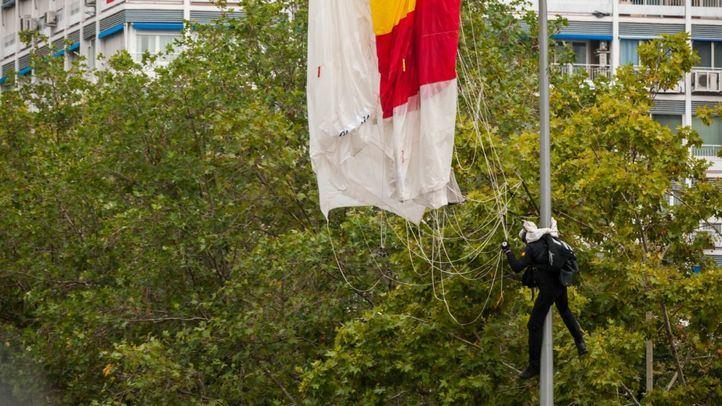 El paracaidista que descendía con la bandera impacta contra una farola