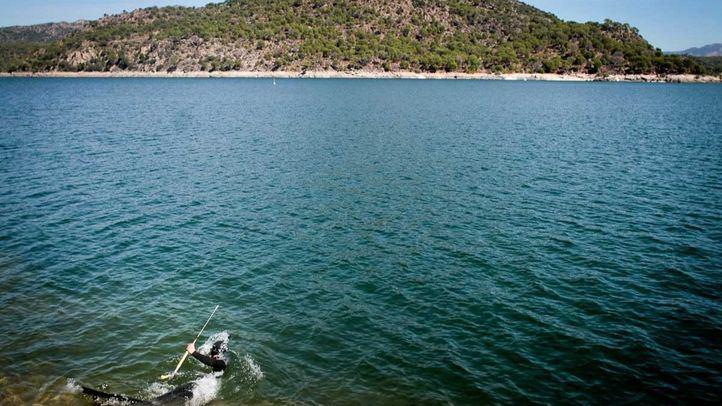 Una persona practica la pesca submarina con arpón bajo las aguas del pantano de San Juan.