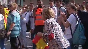 Una mujer, agredida por llevar una bandera de España