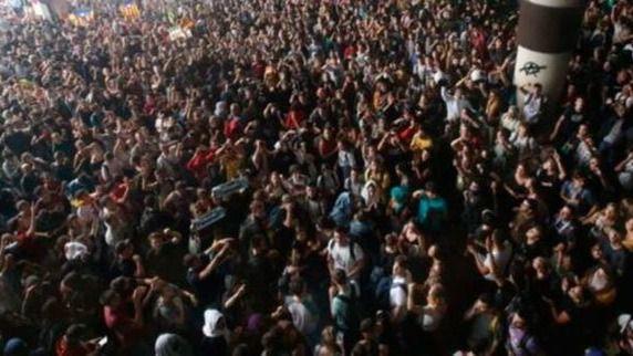 Cargas policiales y vuelos cancelados en 'El Prat'