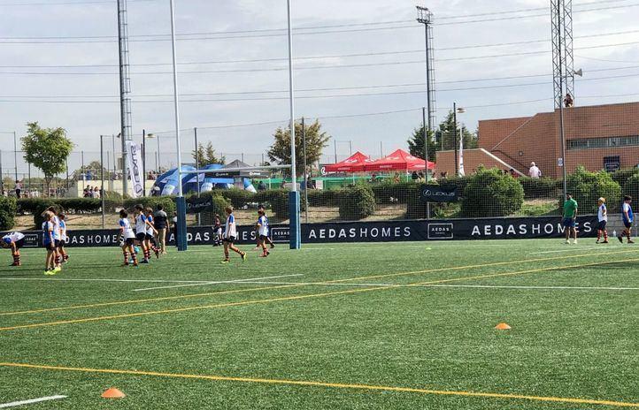 La promotora ha puesto su nombre al XI Torneo de Otoño AEDAS Homes y está muy presente en el campo de juego del CRC Pozuelo Rugby.