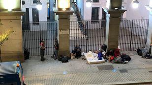 Los refugiados, en la puerta del Samur Social.