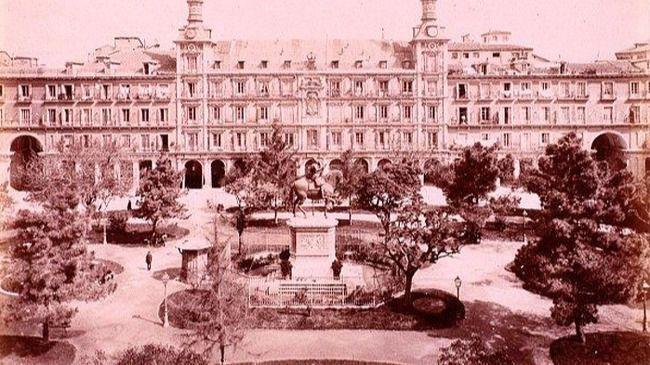 La Plaza Mayor, poblada de árboles y vegetación entre mitad del siglo XIX y el año 1920.