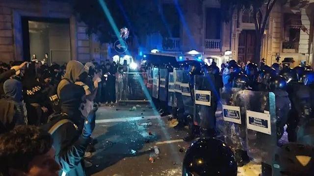 Nuevos altercados en Barcelona: los antidisturbios dispersan a los grupos violentos de la zona de la Delegación