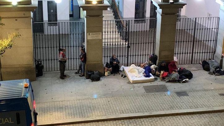 Menores durmiendo en la puerta del Samur Social el pasado jueves.