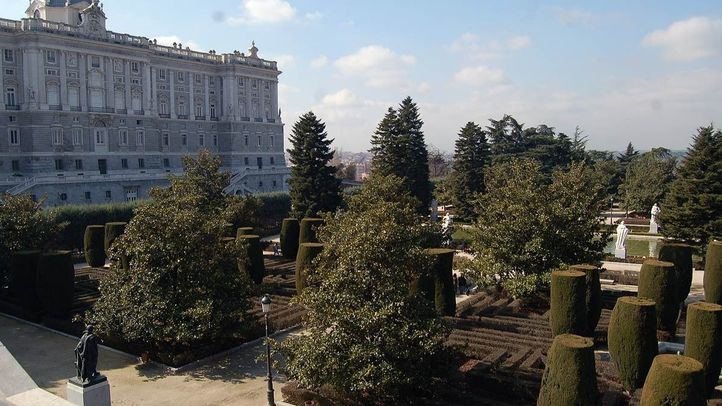 Vista de los Jardines de Sabatini junto al Palacio Real de Oriente.