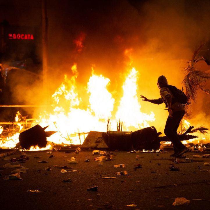 Nueva noche de disturbios en Barcelona: barricadas, 10 detenidos y varios heridos