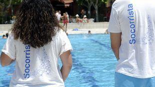 Imagen de archivo de dos socorristas en la piscina de San Vicente de Paúl.