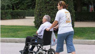 Los madrileños a cargo de mayores o personas discapacitadas podrán deducirse 500 euros del IRPF