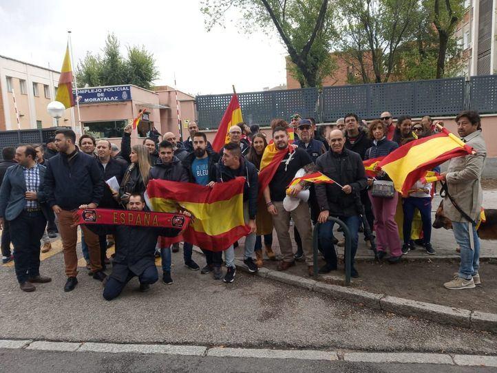 Una concentración en Moratalaz muestra su apoyo a los agentes de la Policía destinados en Cataluña