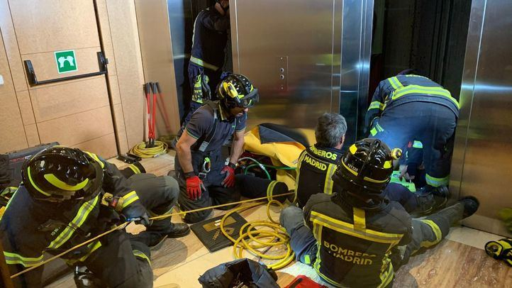 Los servicios de emergencias rescatan al trabajador atrapado en el hueco del ascensor
