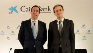 El presidente de CaixaBank, Jordi Gual (dcha), y su consejero delegado, Gonzalo Gortázar