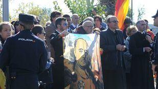 Pasillo a Tejero y críticas a la Iglesia amenizados por el 'Cara al sol' en Mingorrubio