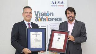 Rafael García Meiro, CEO de AENOR, y Francisco Iglesias, CEO de ALSA, en la entrega de los certificados.
