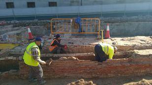 La delegada del área de Obras y Equipamientos del Ayuntamiento de Madrid visita los trabajos arqueológicos.