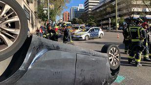 Los bomberos se han encargado de colocar el coche en su posición