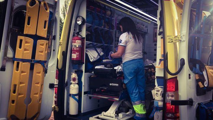 Sanitaria del SUMMA en una ambulancia