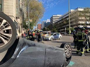 Un vehículo vuelca tras chocar contra otro en Retiro