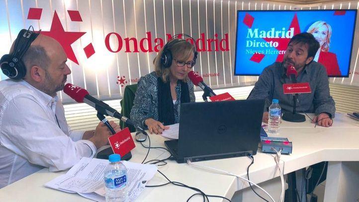 Constantino Mediavilla y Nieves Herrero junto al diputado de Podemos, Rafael Mayoral
