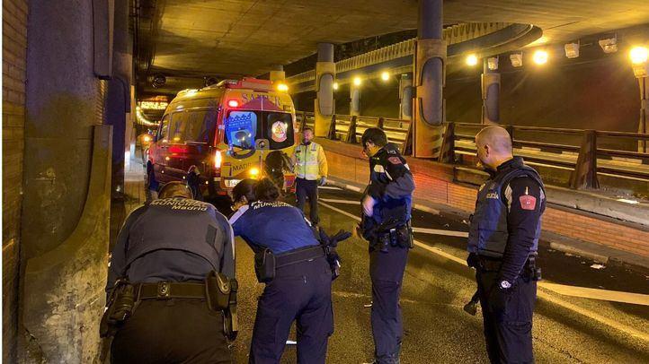 El Samur y la Policía Municipal atienden a un joven que ha sufrido un accidente en el túnel de María de Molina.