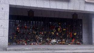Medio centenar de personas realizan una ofrenda a Franco en Mingorrubio