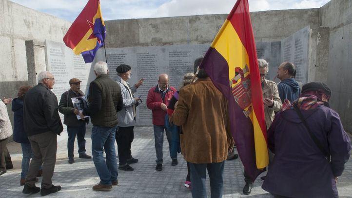 Tras el manifiesto contra el paro en el monumento a la Memoria Histórica en el Cementerio de la Almudena de  Manuela Carmena, los concentrados invaden el espacio.