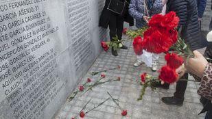 Miembros de colectivos memorialistas irrumpen en el monumento vallado del Cementerio del Este