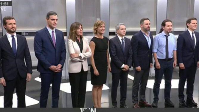La foto de familia de los cinco candidatos en el debate electoral.