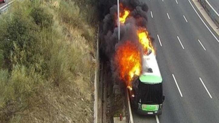 Arde un autobús interurbano en el arcén derecho de la A-6