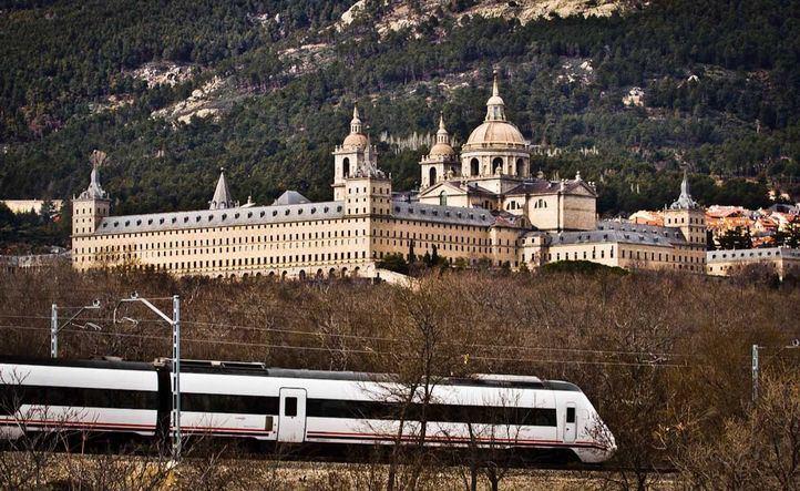 El Cercanías a su paso por El Escorial.