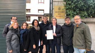 Diputados y concejales de Más Madrid, entre ellos Emilio Delgado, Marta Higueras y Javier Barbero, presentan una denuncia ante el Defensor del Pueblo por una agresión a menas en el parque de Hortaleza.