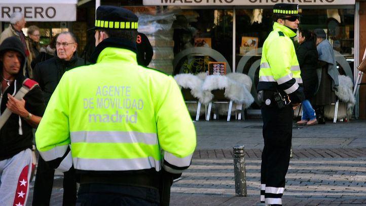 Agentes de movilidad en Plaza de Jacinto Benavente.